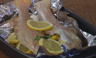 Форель, запеченная с лимоном и зеленью