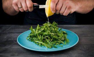 Салат с руколой и семгой