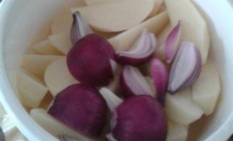 Картофель, запеченный с красным луком и фаршированными грибами