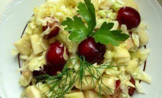 Капустный салат с черешней и яблоком