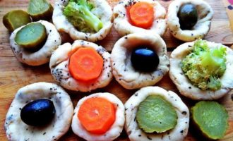 Сырные мини-пирожки с овощами и маслинами