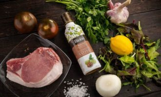 Теплый салат с мясом гриль и помидорами