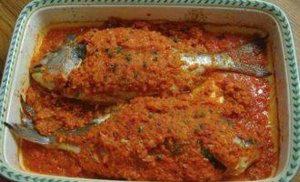 Дорада, запеченная в томатном соусе