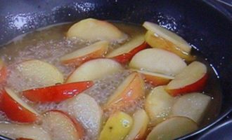 Салат с жареной куриной печенью и карамелизированным яблоком