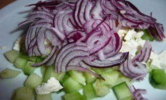 Огуречный салат с фетой и фиолетовым луком