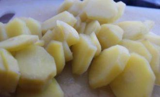 Кета под соусом песто с золотистым картофелем