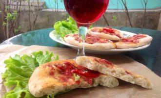 Фокачча с томатами и базиликом