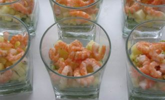 Салат-коктейль с креветками и ананасом