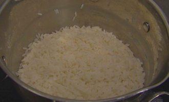 Жареный рис с брокколи, копчеными колбасками и омлетом