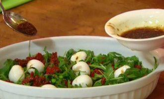 Салат с гранатом, моцареллой и зеленым горошком