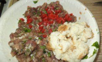 Приготовление томатного сока или соуса и фрикадельки с брынзой