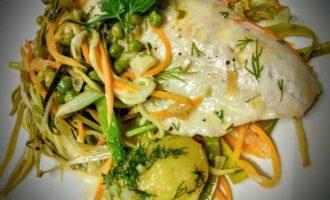 Рыба, запеченная с овощами под белым соусом
