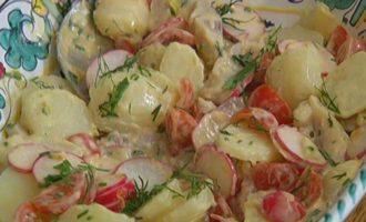 Салат из молодого картофеля с сельдью и редиской