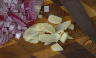 Чечевичная похлебка с капустой кале, свеклой и помидорами