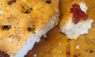 Фокачча с орегано, паприкой и вялеными томатами