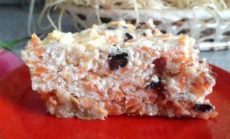 Творожно-морковная запеканка с черносливом