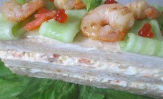 Исландский сэндвич с лососем и креветками