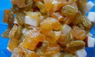 Яблочный салат с изюмом, персиком и кокосовым йогуртом