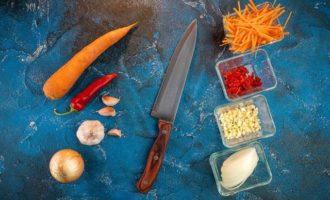 Салат с кальмарами и перцем чили