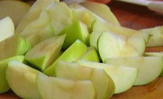 Утиные ножки с яблоками, томленные в белом вине