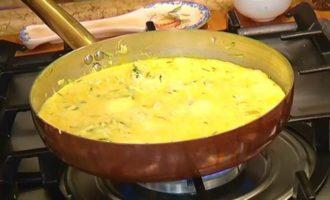 Фриттата с начинкой из курицы и овощей