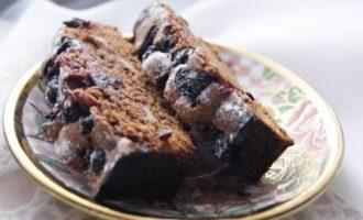 Шоколадно-гречишный кекс с черной смородиной и грецким орехом