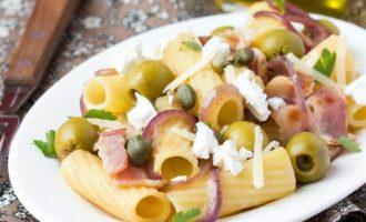 Паста с оливками, беконом и фетой