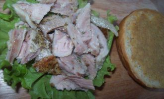 Сэндвич с курицей, горчицей и перепелиным яйцом