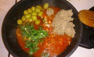 Пенне в томатном соусе с тунцом, оливками и голубым сыром