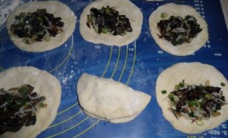 Постные пирожки с рисом и грибами