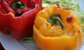 Перцы, фаршированные вялеными томатами и рикоттой