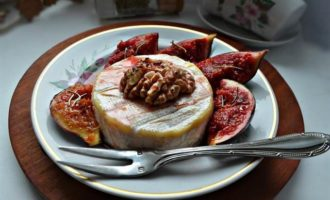 Запеченный сыр Бри с глазированным инжиром