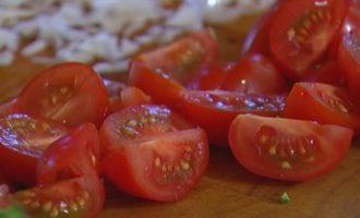 Салат из макарон с брокколи, фетой и беконом