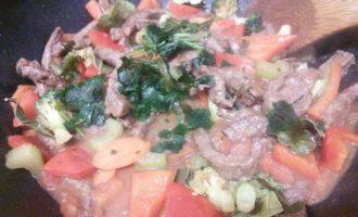 Говядина с помидорами и китайской лапшой