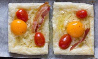 Пикантный слоеный пирог на завтрак с беконом и глазуньей