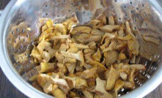 Летний пирог с лисичками и капустой