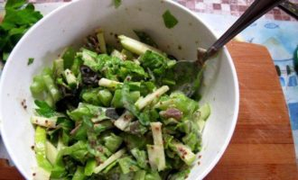 Салат из сельдерея с куриной грудкой и йогуртовой заправкой