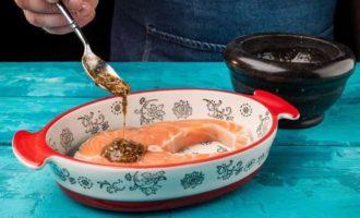 Стейк лосося, запеченный с помидорами черри