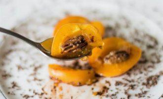 Абрикосы, запеченные с медом и орехами