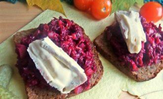 Открытый бутерброд с овощами и килькой