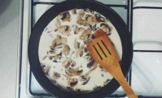 Блинчики со сливочным соусом из шампиньонов
