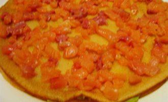 Закусочный торт из рисовых блинчиков с форелью и сыром
