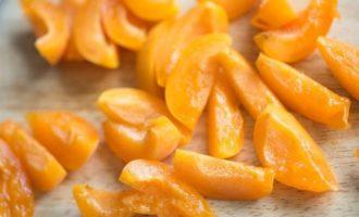 Сладкая фокачча с лавандой, малиной и абрикосами