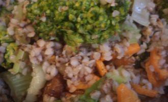 Гречневая каша с брокколи, морковью и сельдереем
