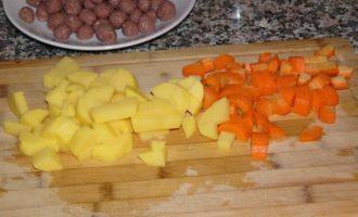 Говяжьи тефтели с булгуром, тушеные с овощами