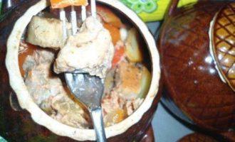 Мясо в соусе с овощами, томленое в горшочках