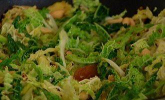 Теплый салат из савойской капусты с финиками и арахисом