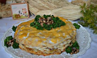 Закусочный блинный пирог с грибами и капустой