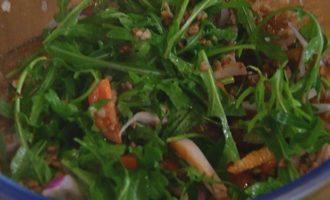Салат из гречки с копченой курицей, помидорами и руколой