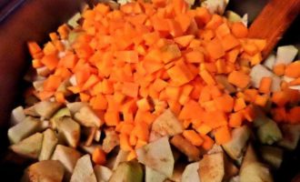 Бруснично-яблочное варенье с морковью